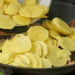 Жареная картошка с копченым салом и яйцом4