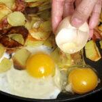 Жареная картошка с копченым салом и яйцом7