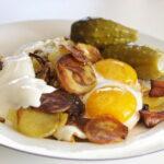 Жареная картошка с копченым салом и яйцом