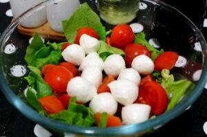 Летний салат с сыром Моцарелла