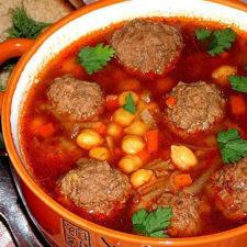 Томатный суп с мясными фрикадельками и нутом