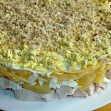 Салат с курицей, ананасами и грецкими орехами