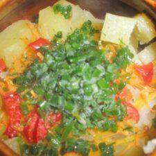 Картофель с мясом и капустой в глиняной кастрюле